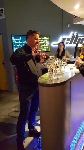 VOLANT-ELLIP-6-2016-Yvan-MULLER-dans-le-role-du-parrain-barman