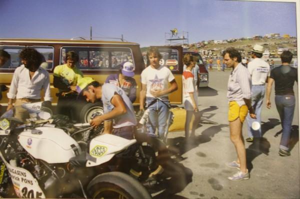 image volée... Hervé Guilleux, Patrick Pons, Françoise Depierre & Patrick Dewaere - Laguna Seca 1979 © Bruno des Gayets