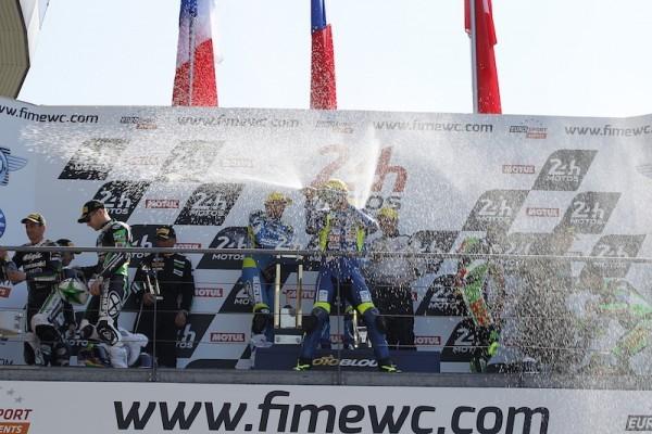 24-HEURES-DU-MANS-MOTOS-2015-Le-podium-avec-les-pilotes-du-SERT-1ers-devant-les-pilotes-des-KAWASAKI-11-et-8-Photo-Thierry-COULIBALY