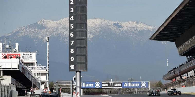 F1 2016 BARCELONE -Test MONTMELO -Mardi 1er mars - Avec en toile de fond la chaine des Pyrénées ennneigée  - Photo Antoine CAMBLOR