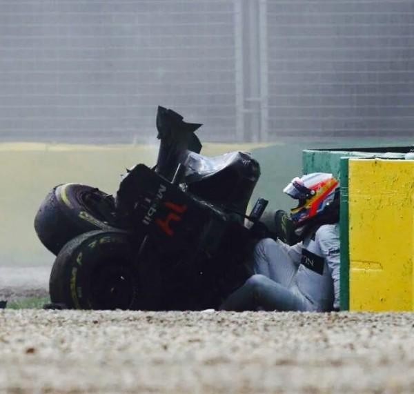 F1-2016-MELBOURNE-Apres-le-carsh-de-la-McLAREN-HONDA-de-Fernando-ALONSO-avec-la-HAAS-de-GUTTIEREZ