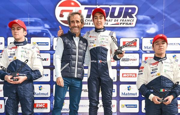 F4-2015-ALAIN-PROST-felicite-GUILIANO-ALESI-sur-la-plus-haute-marche-du-podium-le-19-avril-a-LEDENON.