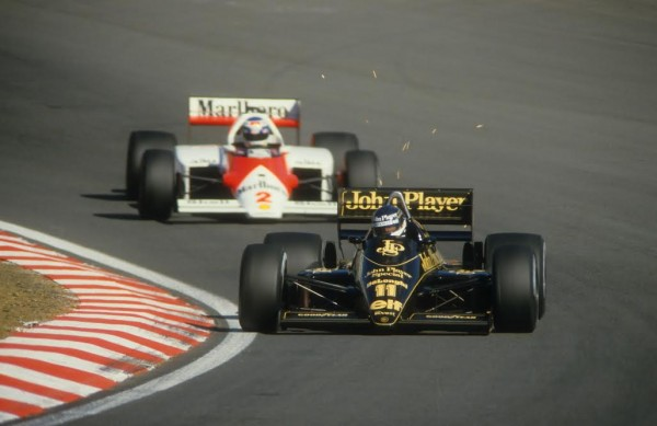 Johnny-DUMFRIES-Lotus-96-T-en-1986-devant-Keke-ROSBERG-©-Manfred-GIET