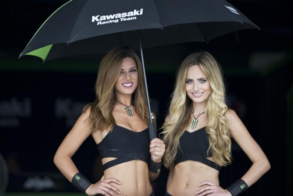 SUPËRBIKE-2016-Circuit-de-CHANG-a-BURINAM-en-THAILANDE-Les-GRID-GIRLS-du-Team-KAWASAKI.