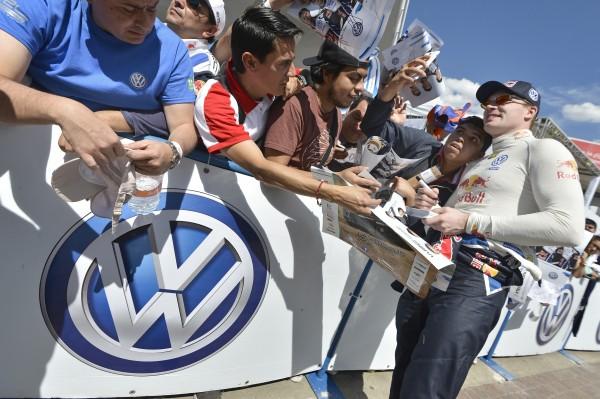 WRC 2016 - MEXIQUE 4 Mars - Jari Matti LATVALA avec les ouvriers de l usine VW de SILOA