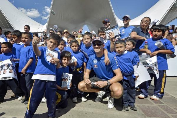 WRC 2016 - MEXIQUE -SEB OGIER AU MILIEU DE JEUNES SUPPORTERS.