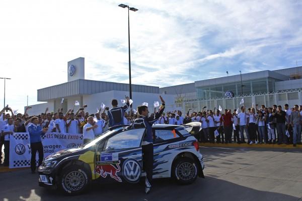 WRC 2016 MEXIQUE arret des pilotes VW devant l usine de SILAO