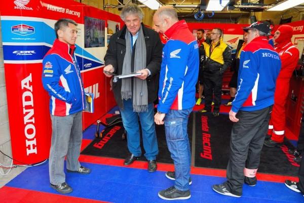 24-HEURES-DU-MANS-2016-Herve-GUIO-Entre-le-Président-de-Honda-France-et-Ludovic-DEVOS-avec-le-livre-National-moto
