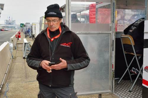 24-HEURES-DU-MANS-MOTO-2016-Hervé-MOINEAU-surveillant-les-chronos-de-sa-SUZUKI-N°2-Photo-Thierry-COULIBALY