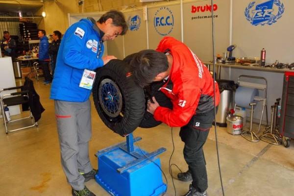 24-HEURES-DU-MANS-MOTO-2016-Le-Team-HONDA-N°5-a-fait-venir-ses-pneumatiques-BRIDGESTONE-directement-du-JAPON-Photo-Thierry-COULIBALY.