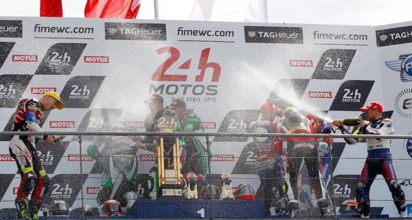 24-HEURES-DU-MANS-MOTO-2016-Le-podium-avec-les-1ers-les-pilotes-de-la-KAWASAKI-N°11-Photo-Thierry-COULIBALY