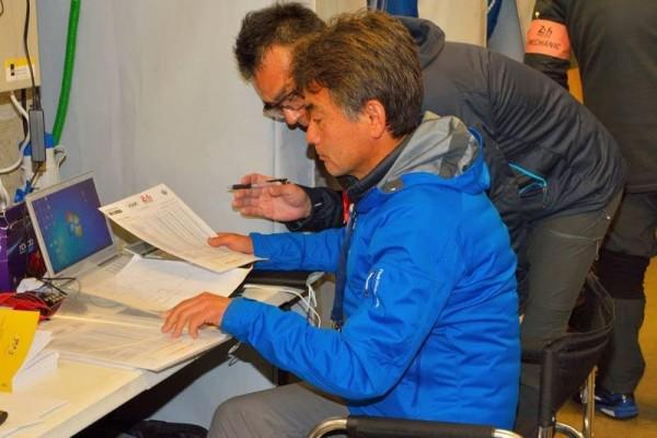 24-HEURES-DU-MANS-MOTO-2016-Stratégie-maxumim-dans-le-srtand-de-la-HONDA-N°5-pour-FUJI-MASAKASU-Photo-Thierry-COULIBALY