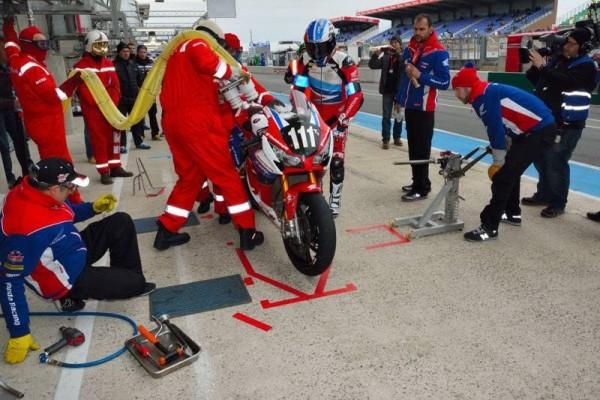 24-HEURES-DU-MANS-MOTOS-2016-DA-CISTA-va-repartir-un-peu-desabusé-sur-la-Honda-navigant-en-25-ème-place.