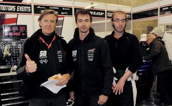 24-HEURES-DU-MANS-MOTOS-2016-Hervé-Moineau-et-les-deux-ingénieurs-de-la-Suzuki-N°-50.j