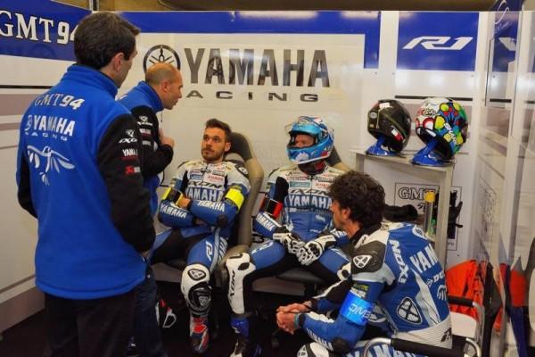24-HEURES-DU-MANS-MOTOS-2016-Team-manager-et-directeur-sportif-avec-les-pilotes-Yamaha-GMT-N°-94