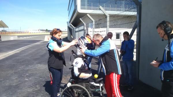 24-HEURES-du-MANS-2016-Team-SRT-41-Lépouse-de-Frédéric-laide-à-séquiper-assistée-de-Jean-Bernard-Bouvet