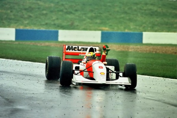 Ayrton-SENNA-Donington-1993un-de-ses-plus-brillants-GP-sous-le-déluge-©-Manfred GIET