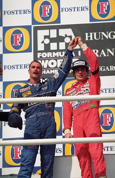 Ayrton-SENNA-vainqueur-à-Budapest-le-16-aout-1992-félicitant-le-nouveau-champion-du-Monde-©-Manfred-GIET
