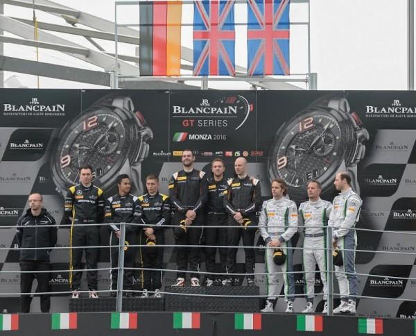 BLANCPAIN-ENDURANCE-2016-MONZA-Le-podium-avec-les-pilotes-de-la-McLAREN-GARAGE-59-sur-la-plus-haute-marche-Photo-Antoine-CAMBLOR.