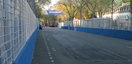 Boulevard de la Tour Maubourg - en direction de la courbe donnant sur la Place des Invalides