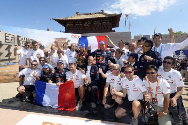 CHINA-SILK-ROAD-RALLY-2015-La-photo-de-famille-souvenir-du-Team-PEUGEOT-auteur-du-doublé-avec-STEPHANE-PETERHANSEL-JEAN-PIERRE-COTRET-et-CYRIL-DESPRES-DAVID-CASTERA