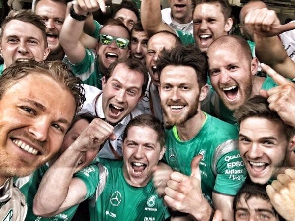 F1-2016-SHANGHAI-Le-selfie-de-Nico-ROSBERG-avec-ses-mécaniciens