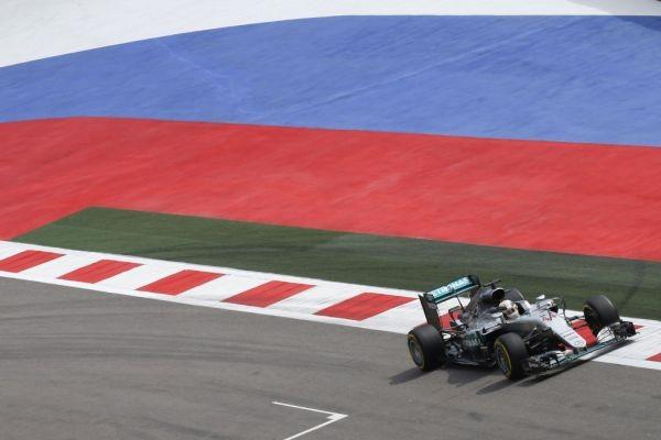 F1-2016-SOTCHI-LEWIS-HAMILTON-avec-sa-MERCEDES-W07.