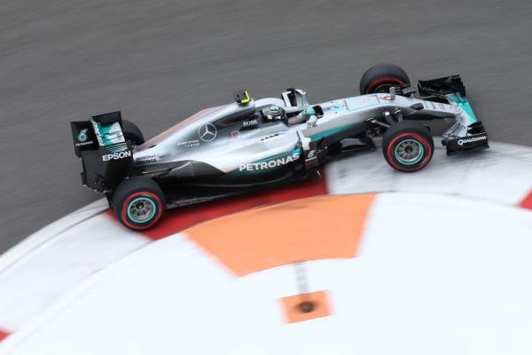 F1-2016-SOTCHI-NICO-ROSBERG-en-pole-avec-sa-MERCEDES-W07-