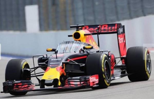 F1-2016-SOTCHI-Qui-pilote-la-RED-BULL-equipee-de-la-Canopee.