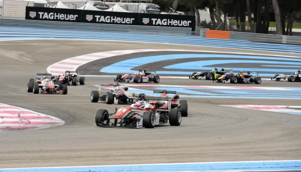 F3-2016-PAUL-RICARD-Le-départ-de-la-1ére-course-avec-Nick-CASSIDY-qui-depasse-Lance-STROLL-au-cours-du-1er-tour.