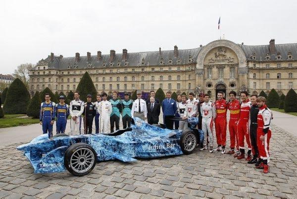 FORMULE-E-2016-GP-de-PARIS-Les-pilotes-réunis-devant-les-INVALIDES-Photo-Bernard-BAKALIAN