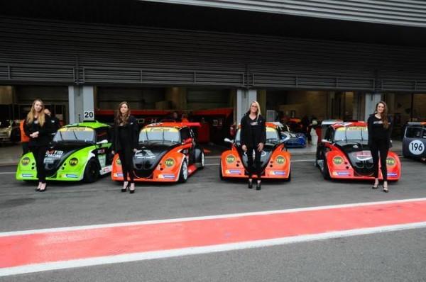 Funcup-8h-de-Spa-2016-Les-quatre-voiture-du-Zosh-avaient-leur-maraine-qui-posait-avant-la-mise-en-grille-Photo-Barbara.