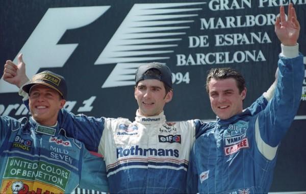 Mark-BLUNDELL-Podium-au-GP-dEspagne-en-1999-avec-Michael-SCHUMACHER-et-Damon-HILL-deux-champions-du-monde-©-Manfred-GIET.