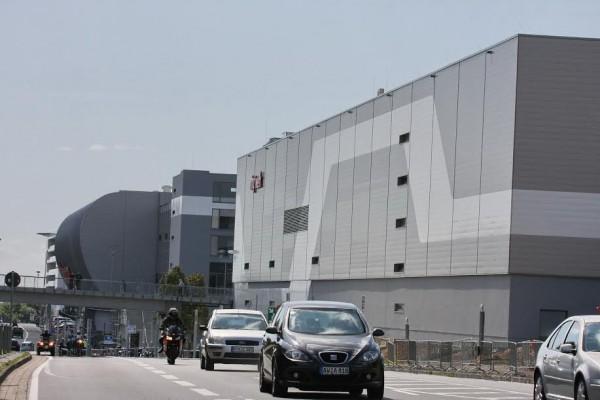 NURBURGRING-2016-Ce-qui-ressemble-à-une-usine-est-le-nouveau-complexe-incluant-un-centre-de-spectacle-et-Musée-©-Manfred-GIET.
