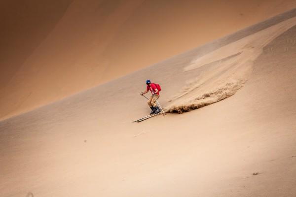 SILK WAY 2016 - Luc ALPHAND se détend pendant les reconnaissances en pratiquant dans les dunes le ski.