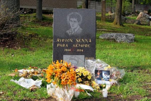 Stèle-en-souvenir-d-Ayrton-Senna-à-Spa-Francorchamps-©-Manfred-GIET.