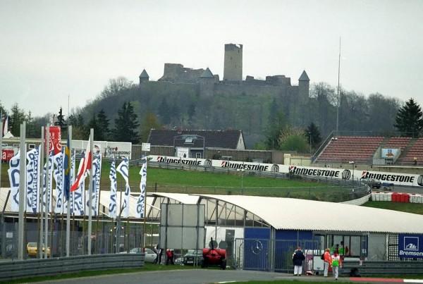 le-Nürburgring-et-son-célèbre-château-mais-qui-a-peu-de-chance-de-voir-des-F1-à-ses-pieds-cette-année-©-Manfred-GIET-