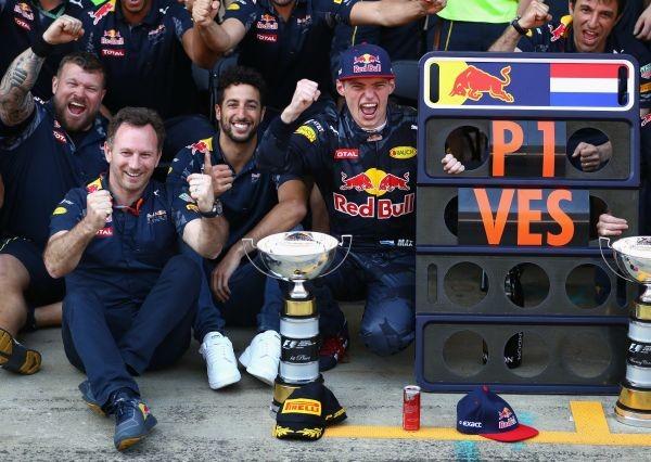 F1-2016-BARCELONE-15-Mai-La-joie-dans-le-stand-RED-BULL-apres-la-victoire-de-MAX-VERSTAPPEN