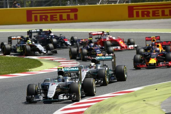 F1-2016-BARCELONE-15-Mai-Les-deux-MERCEDES-avec-RODBERG-devant-HAMILTON-menent-avant-laccrochage