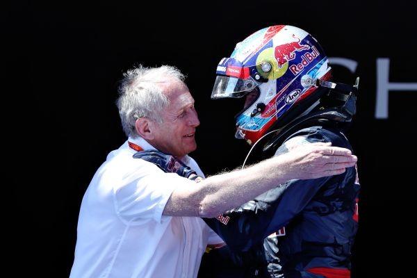 F1-2016-BARCELONE-15-Mai-Lev-Docteur-HELMUT-MARKO-responsable-de-la-filiére-RED-BULL-felicite-MAX-VERSTAPPEN.