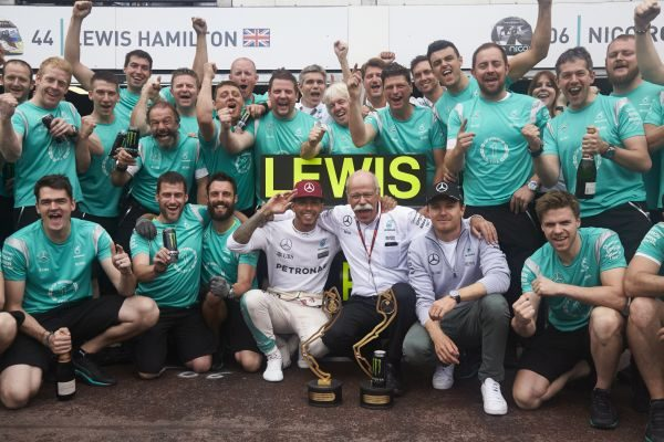 F1-2016-MONACO-LE-TEAM-MERCEDES-fete-le-succes-de-son-pilote-LEWIS-HAMILTON.j