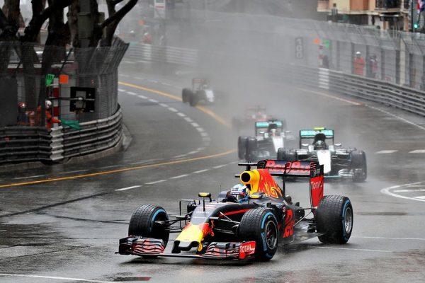 F1-2016-MONACO-RICCIARDO-EN-TETE-au-volant-de-sa-RED-BULL