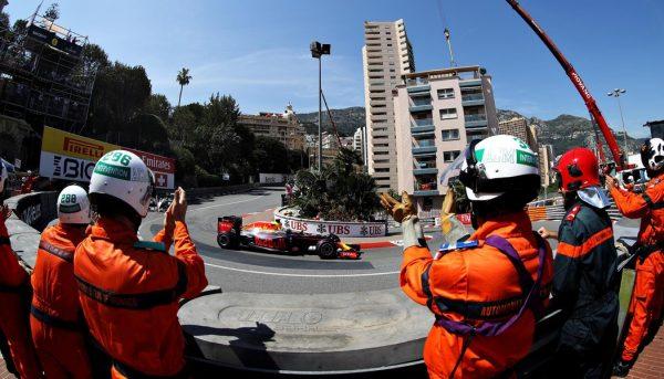 F1-2016-MONACO-RICCIARDO-applaudir-par-les-commissaires-aprés-sa-superbe-pole-le-samedi-28-Mai