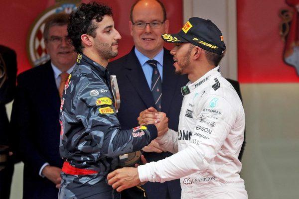 F1-2016-MONACO-RICCIARDO-et-HAMILTON-sur-le-podium-Princier-le-29-Mai