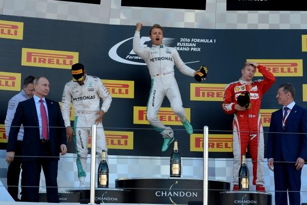 F1 2016 SOTCHI NICO ROSBERG explose de joie sur le podium avec à ses cotes HAMILTON et RAIKKONEN