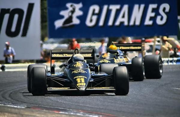 F1-GP-de-France-1985-au-Castellet-de-ANGELIS-devant-on-chef-de-file-Ayrton-SENNA-dans-les-S-de-la-Verrerie-qui-lui-sera-fatal-un-an-plus-tard©-Manfred-GIET