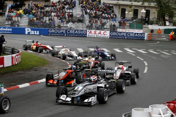 F3-EUROPE-2016-GP-PAU-Le-célébre-virage-de-la-Gare-Photo-Nicolas-PALUDETTO.