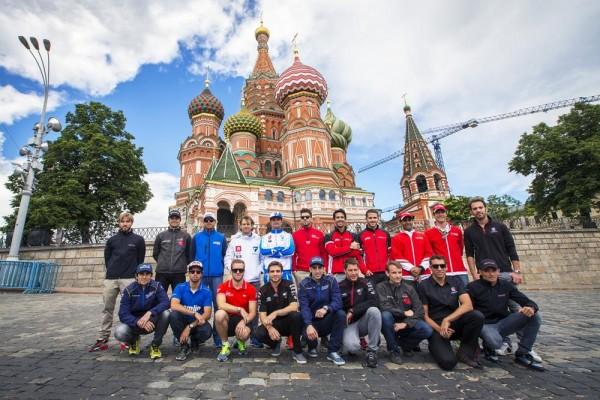FORMULE-E-2015-MOSCOU-lES-VINGT-CONCURRENTS-devant-le-KREMLIN-le-6-juin.