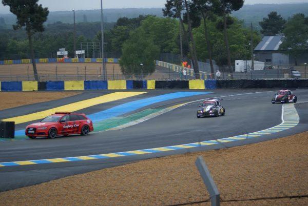 FUN-CUP-2016-LE-MANS-la-261-et-la-206-derrière-le-safety-car-dans-la-chicane-dunlop.