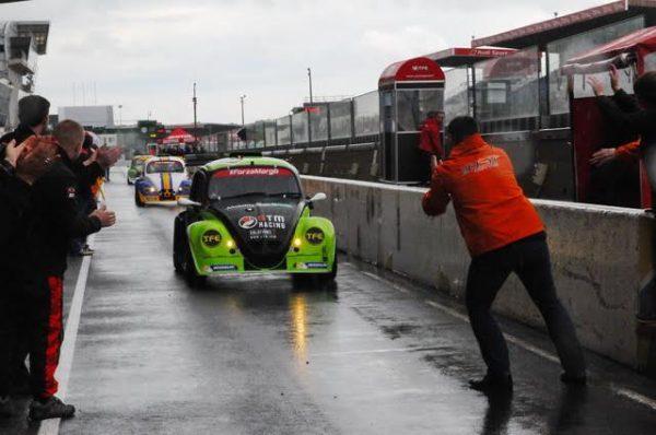 Funcup-Le-Mans-2016-Pascal-Roux-applaudit-son-coéquipier-dun-jour-à-larrivée-Photo-Daniel-Noly.